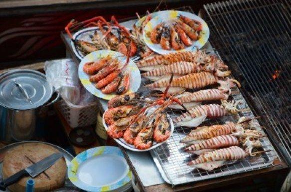 5865085-comida-de-mar-en-las-mercado-flotante-de-damnoen-saduak-cerca-de-bangkok-tailandia